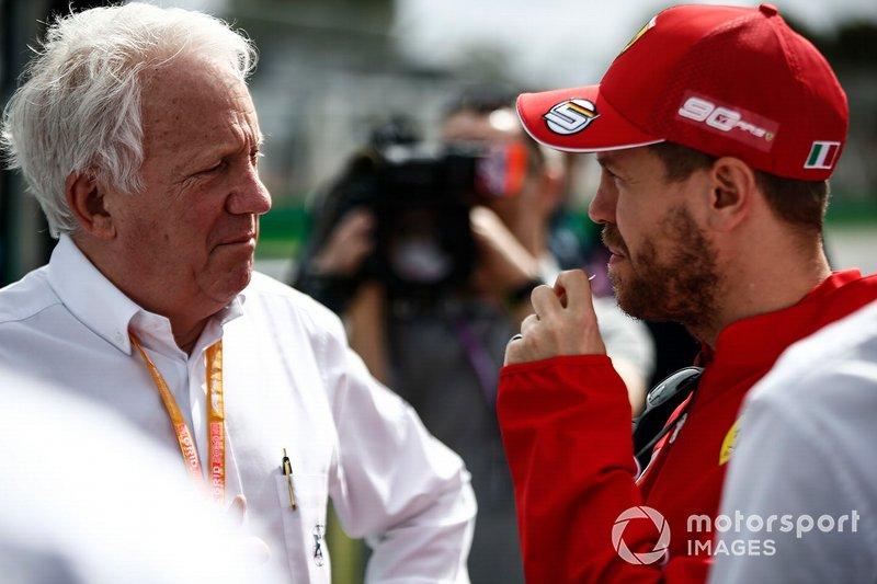 Charlie Whiting, director de carrera de la FIA, con Sebastian Vettel, Ferrari