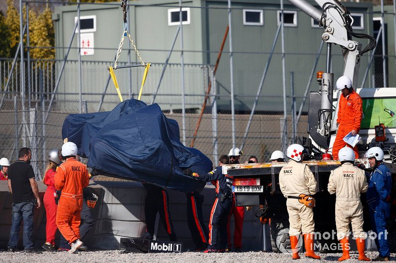 La monoposto incidentata di Pierre Gasly, Red Bull Racing RB15, viene recuperata