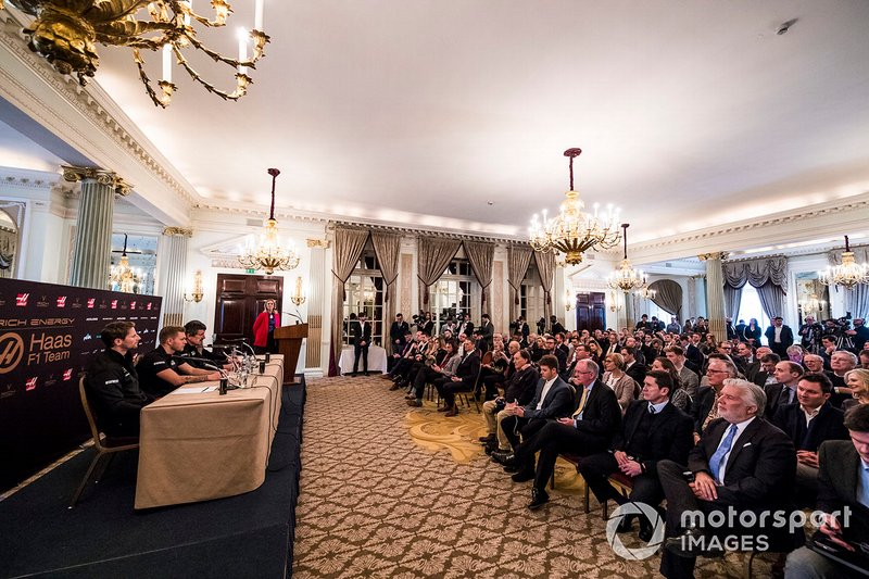 Romain Grosjean, Haas F1 Team, Kevin Magnussen, Haas F1 Team, Guenther Steiner, Team Principal, Haas F1, William Storey, CEO Rich Energy e la presentatrice Nicki Shields, durante la conferenza stampa