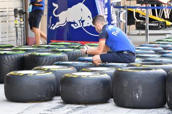 Meccanici della Scuderia Toro Rosso STR13 e pneumatici Pirelli