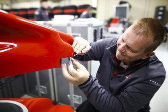 Механик Haas с носовым обтекателем