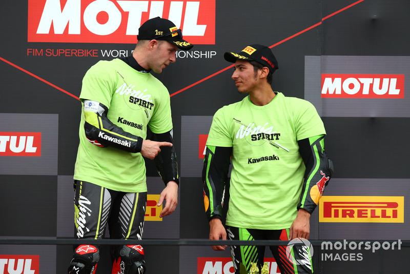 El ganador Jonathan Rea, Kawasaki Racing, el tercero Toprak Razgatlioglu, Kawasaki Puccetti Racing