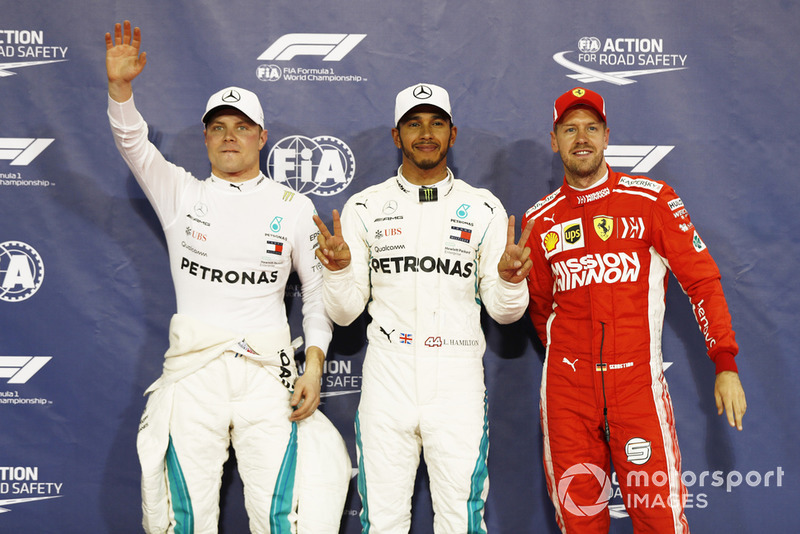 Lewis Hamilton, Mercedes AMG F1, festeggia dopo aver conquistato la pole position, con Valtteri Bottas, Mercedes AMG F1, e Sebastian Vettel, Ferrari
