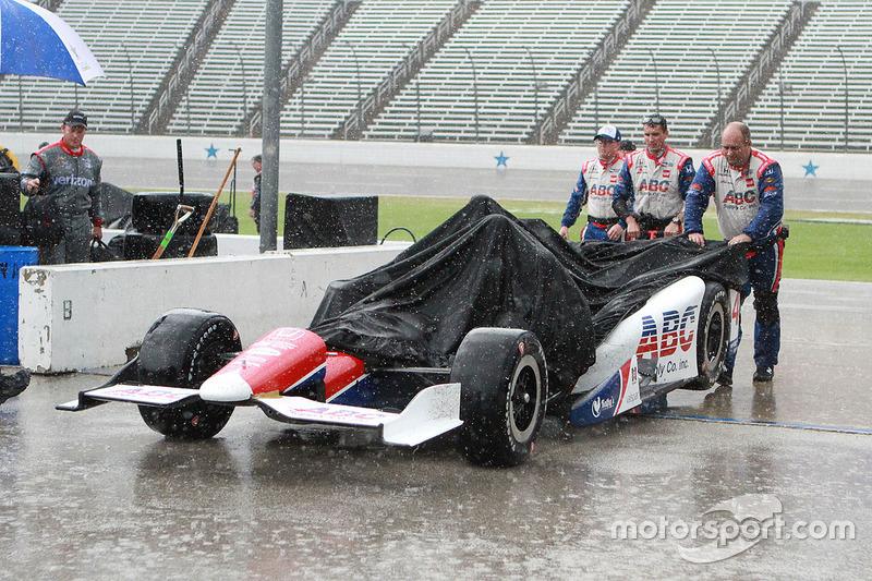 Член команди A.J. Foyt Enterprises під дощем