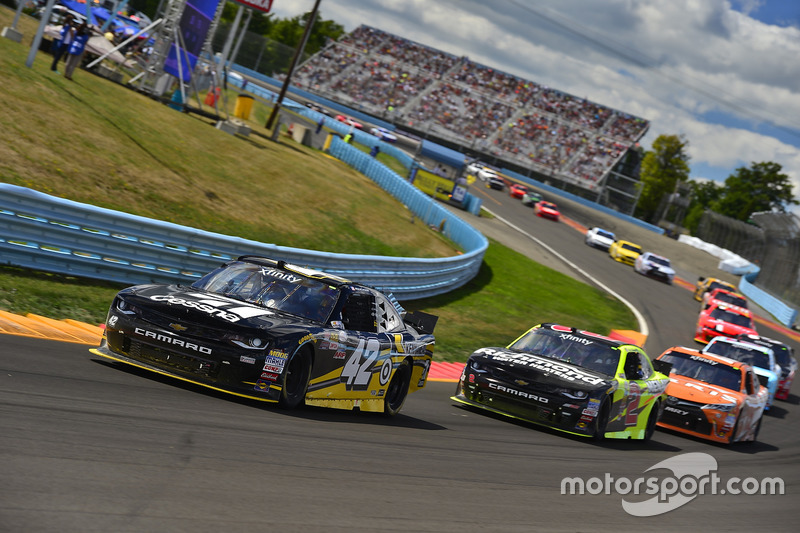 Kyle Larson, Chip Ganassi Racing Chevrolet, Paul Menard, Richard Childress Racing Chevrolet