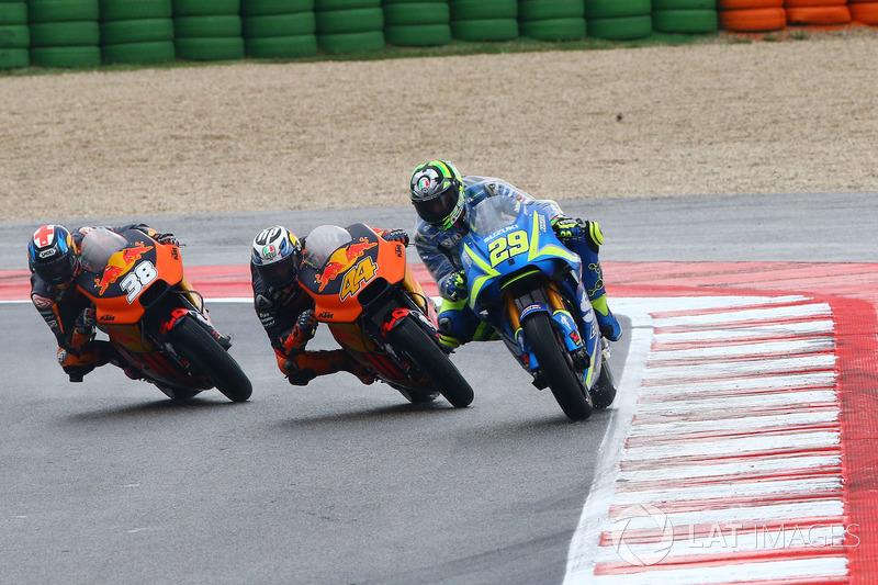 Andrea Iannone devant les pilotes KTM