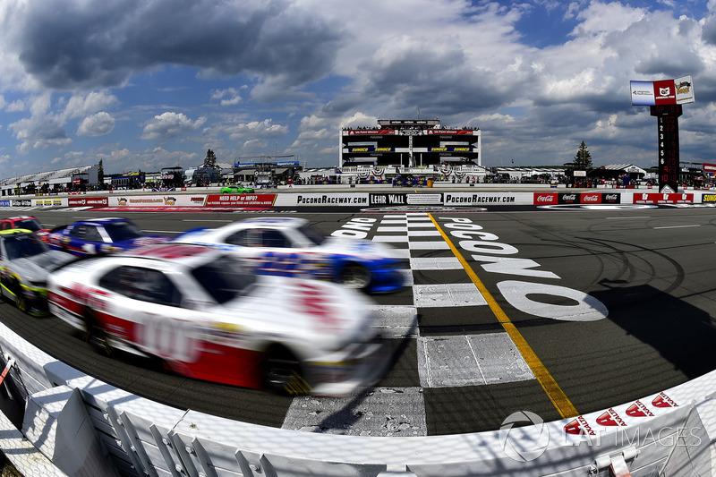 Cole Custer, Stewart-Haas Racing Ford, Brad Keselowski, Team Penske Ford lead the field