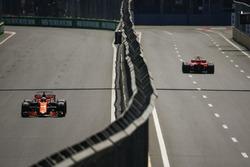 Фернандо Алонсо, McLaren MCL32, и Кими Райкконен, Ferrari SF70H