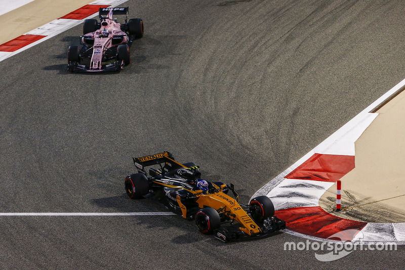 Jolyon Palmer, Renault Sport F1 Team RS17, Sergio Perez, Force India VJM10