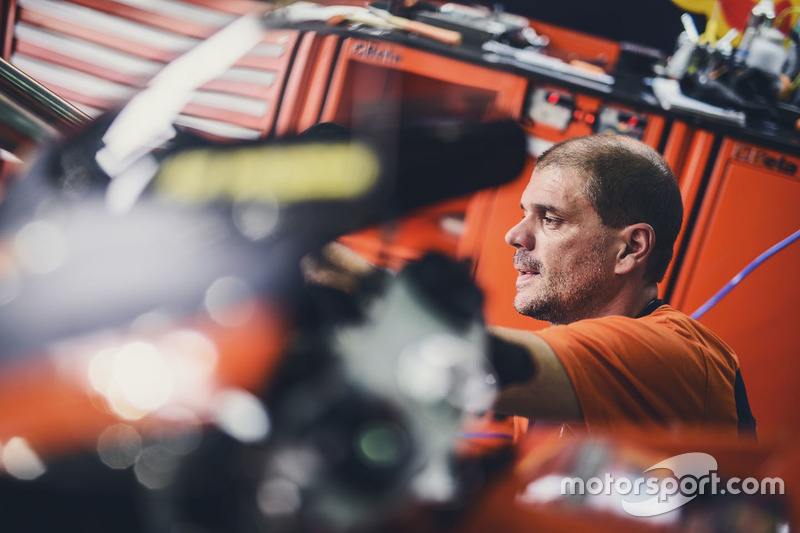 Механік Red Bull KTM Factory Racing за роботою