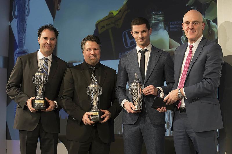 Dueño del equipo Michael Andretti, Bryan Herta y Indy 500 ganador 2016 Alexander Rossi con sus trofeos baby Borg-Warner y James Verrier de BorgWarner