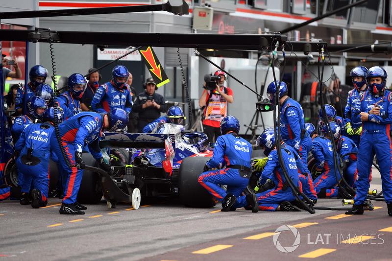 Pierre Gasly, Scuderia Toro Rosso STR13, pit stop