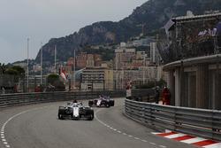 Marcus Ericsson, Sauber C37, precede Sergio Perez, Force India VJM11