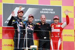 Podium : le deuxième Mark Webber, Red Bull Racing, le vainqueur Sebastian Vettel, Red Bull Racing, Adrian Newey, Red Bull Racing et Fernando Alonso, Ferrari
