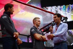 Romain Grosjean, Haas F1 Team y Kevin Magnussen, Haas F1 Team, son entrevistados en el escenario