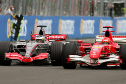 Pedro de la Rosa, McLaren Mercedes MP4-21 lotta con Michael Schumacher, Ferrari 248 F1