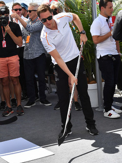 Stoffel Vandoorne, McLaren plays hockey