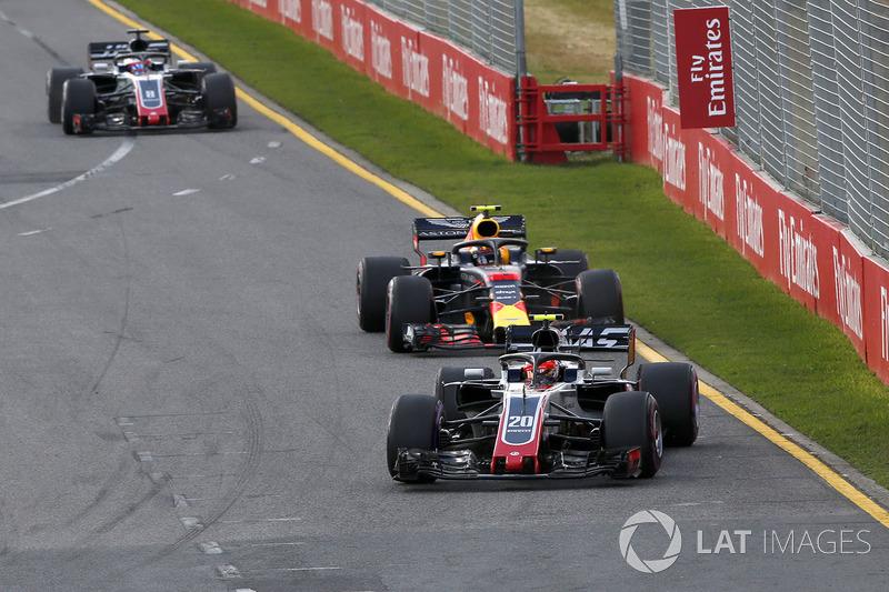 Kevin Magnussen, Haas F1 Team VF-18 devant Max Verstappen, Red Bull Racing RB14