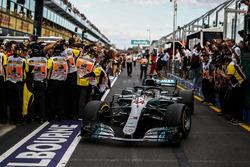 Lewis Hamilton, Mercedes-AMG F1 W09 EQ Power+ en el parque cerrado