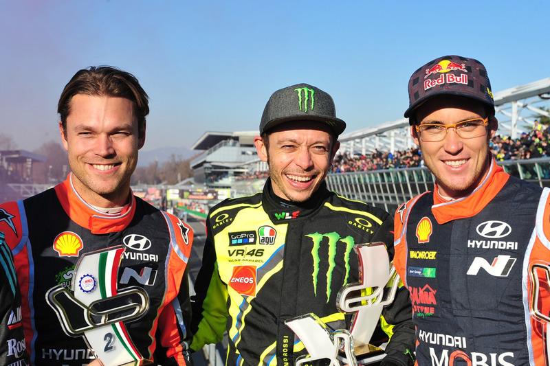 El ganador Valentino Rossi, y los segundos Andreas Mikkelsen, Thierry Neuville