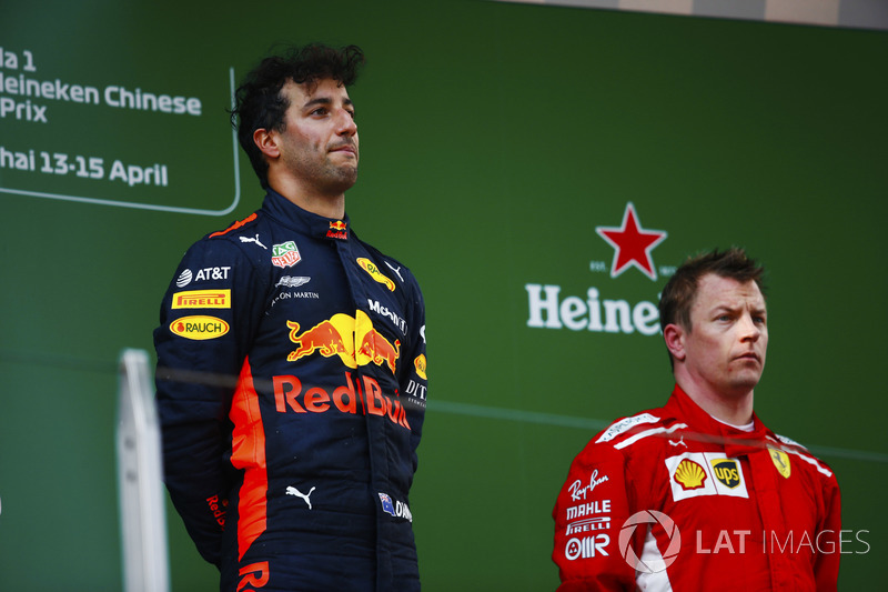 El ganador de la carrera, Daniel Ricciardo, Red Bull Racing, y el tercero, Kimi Raikkonen, Ferrari