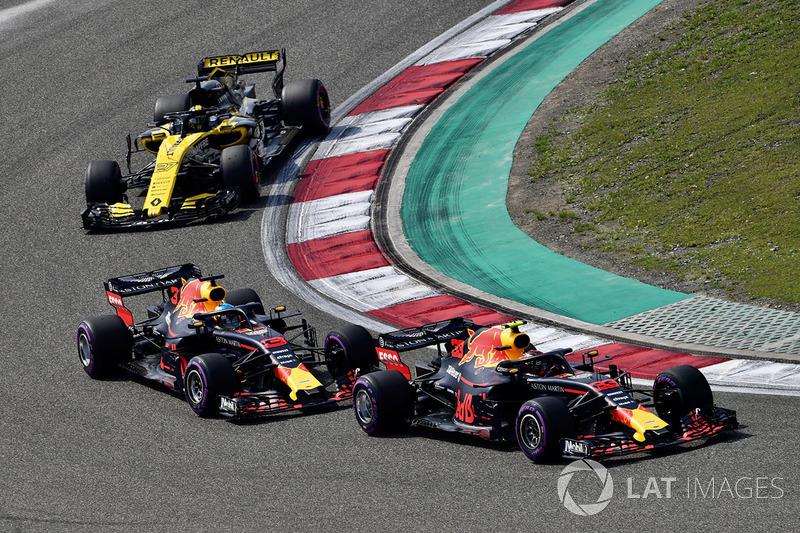 Max Verstappen, Red Bull Racing RB14 voor Daniel Ricciardo, Red Bull Racing RB14 en Nico Hulkenberg, Renault Sport F1 Team R.S. 18