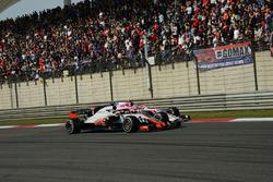 Esteban Ocon, Force India VJM11 y Romain Grosjean, Haas F1 Team VF-18 batalla
