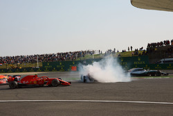 Max Verstappen, Red Bull Racing RB14 en Sebastian Vettel, Ferrari SF71H clashen terwijl Kimi Raikkonen, Ferrari SF71H en Lewis Hamilton, Mercedes-AMG F1 W09 EQ Power+ passeren