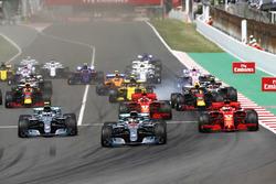 Старт гонки: Льюис Хэмилтон и Валттери Боттас, Mercedes AMG F1 W09, Себастьян Феттель и Кими Райкконен, Ferrari SF71H, Макс Ферстаппен, Red Bull Racing RB14