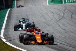 Fernando Alonso, McLaren MCL32, Lewis Hamilton, Mercedes AMG F1 W08