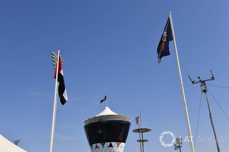 Torre Shams y banderas