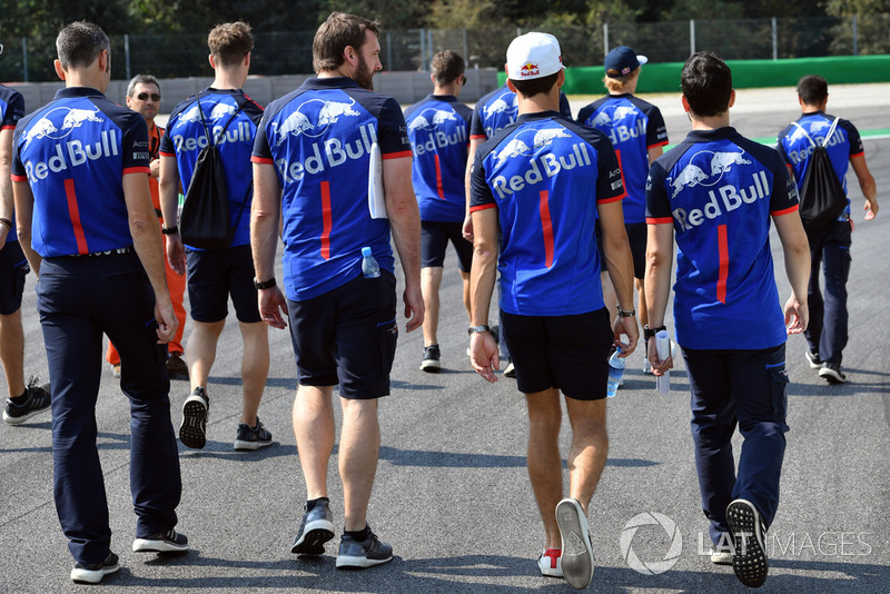 Brendon Hartley, Scuderia Toro Rosso and Pierre Gasly, Scuderia Toro Rosso Toro Rosso walk the track