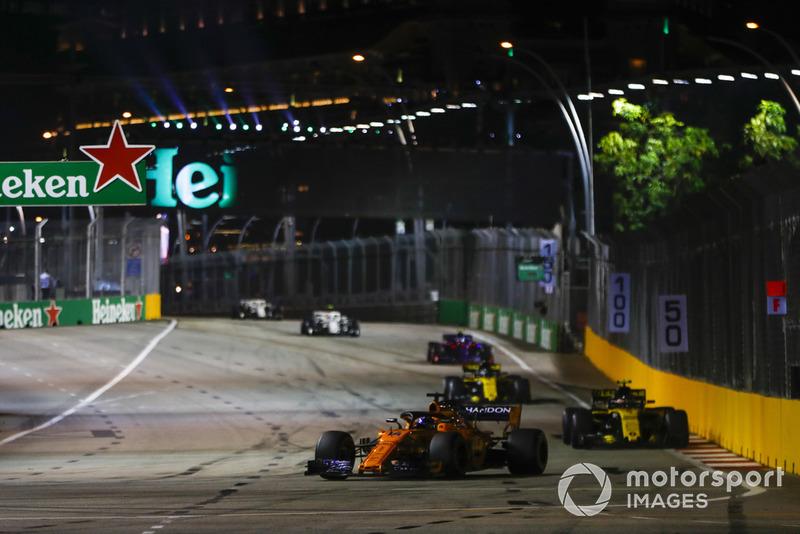 Fernando Alonso, McLaren MCL33, Carlos Sainz Jr., Renault Sport F1 Team R.S. 18, Nico Hulkenberg, Renault Sport F1 Team R.S. 18