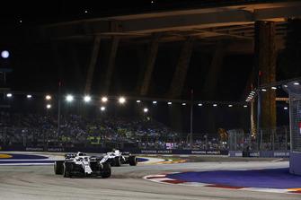 Lance Stroll, Williams FW41, precede Sergey Sirotkin, Williams FW41