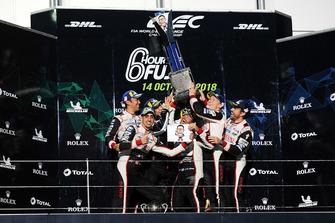 Podium LMP1 : vainqueurs Mike Conway, Kamui Kobayashi, Jose Maria Lopez, Toyota Gazoo Racing, deuxième place Sebastien Buemi, Kazuki Nakajima, Fernando Alonso, Toyota Gazoo Racing