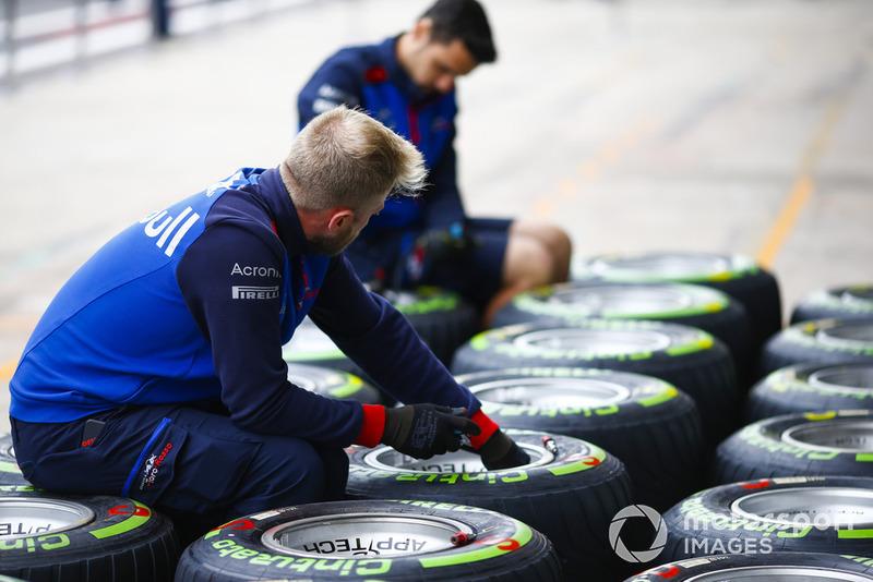 Un meccanico Toro Rosso al lavoro sulle gomme Pirelli