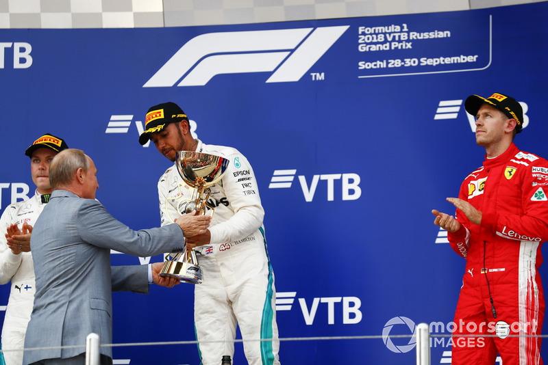 Vladimir Putin, Presidente della Russia, consegna il trofeo al vincitore della gara Lewis Hamilton, Mercedes AMG F1