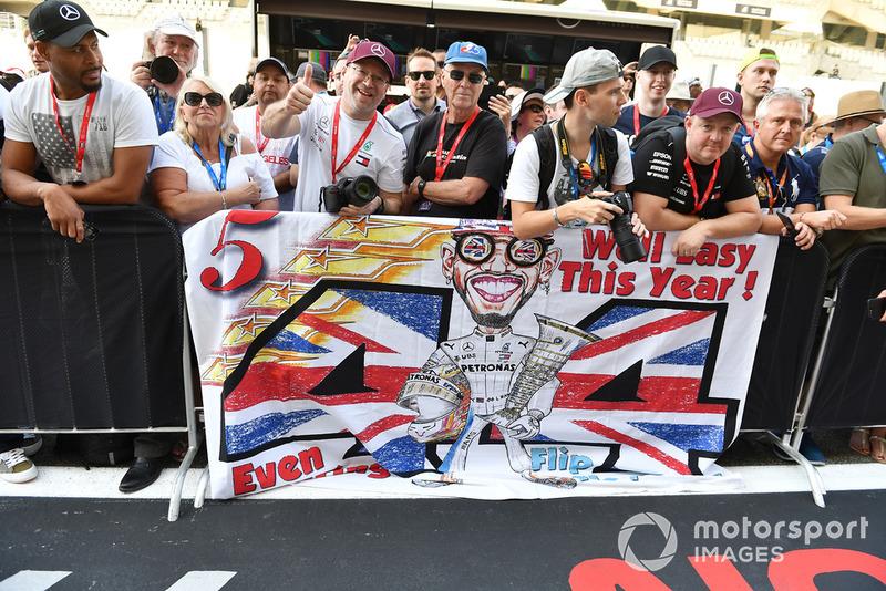 Tifosi di Lewis Hamilton, Mercedes AMG F1, con uno striscione