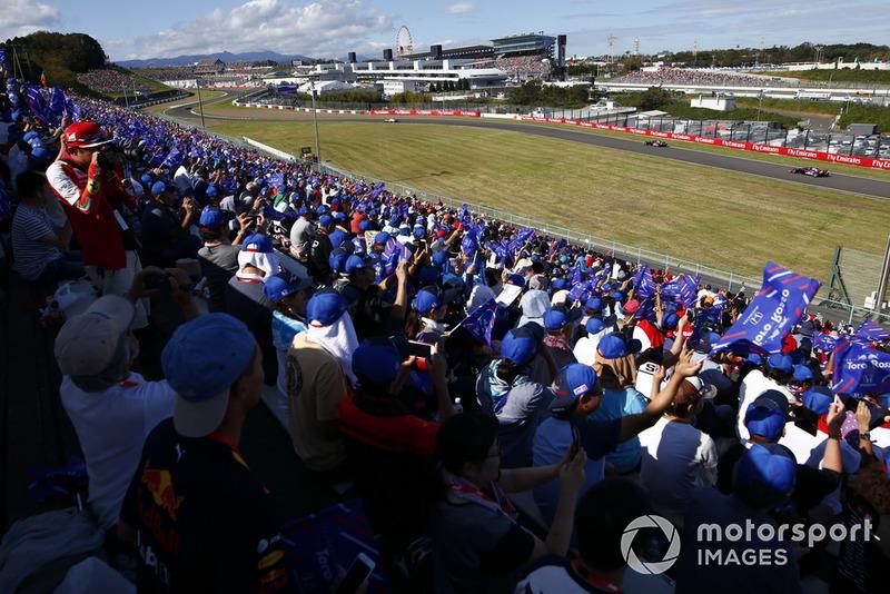 Fans Toro Rosso memberi dukungan pada Brendon Hartley, dan Pierre Gasly, Scuderia Toro Rosso STR13, yang sedang lewat
