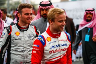 Felix Rosenqvist, Mahindra Racing, Oliver Rowland, Nissan e.Dams head back to their cars