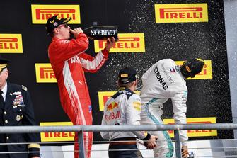(Da sx a dx): Fimi Raikkonen, Ferrari, Max Verstappen, Red Bull Racing, e Lewis Hamilton, Mercedes AMG F1, festeggiano con lo champagne, sul podio