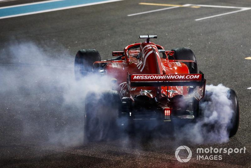 Fernando Alonso, McLaren MCL33, y Lewis Hamilton, Mercedes AMG F1 W09 EQ Power +, realizan donas después de la carrera...