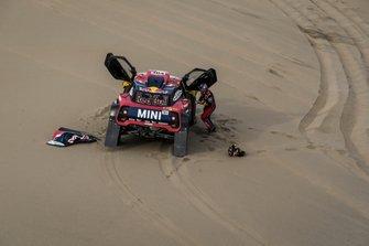 #304 X-Raid Mini JCW Team: Stéphane Peterhansel helping David Castera
