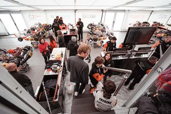 Nico Rosberg et Taylor Barnard visitent les locaux de l'équipe Kart Republic