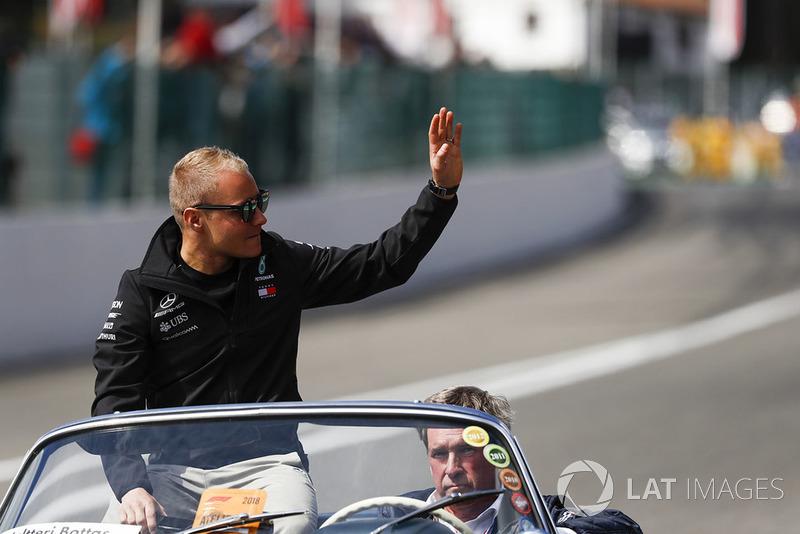 Valtteri Bottas, Mercedes AMG F1, en un Mercedes 300SL
