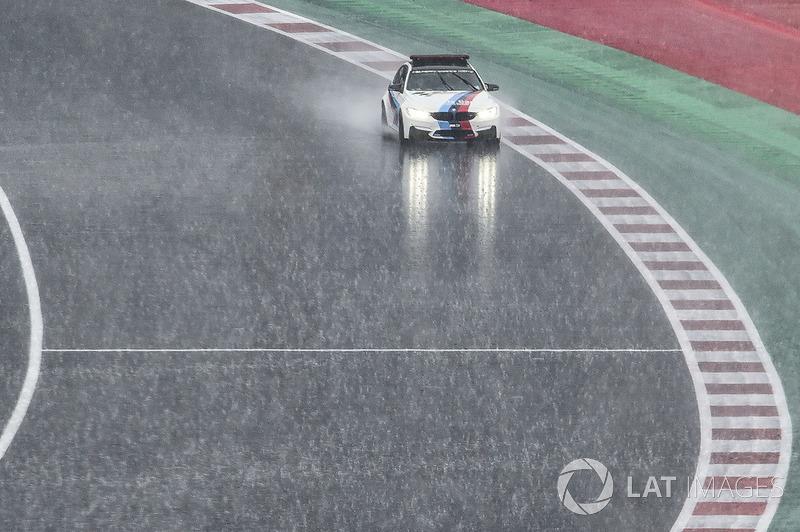 Автомобіль безпеки BMW перевіряє трасу після зливи