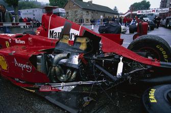 El auto de Eddie Irvine, Ferrari F300 después del accidente