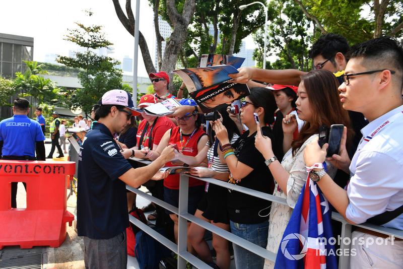 Sergio Perez, Racing Point Force India F1 Team, con aficionados