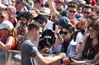 Stoffel Vandoorne, McLaren signs autographs for the fans