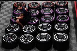 Mécanicien Red Bull Racing et pneus Pirelli